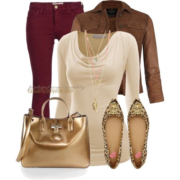 pantalon vinotinto, blusa beige y zapatos animal print