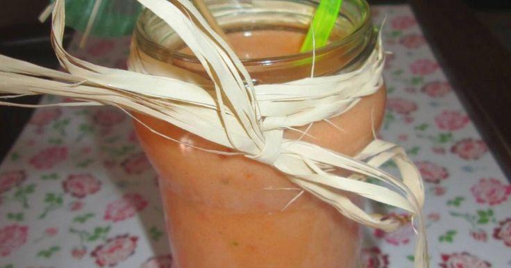 """Fabulosa receta para Gazpacho """"Spanish Smoothie"""" APTO PARA CELIACOS. Un SMOOTHIE es un batido de frutas o verduras frescas o congeladas, trituradas o licuadas en el momento de consumirlo. Suele tener una consistencia parecida a un batido pero algo más espeso y se caracteriza por su cremosidad. Se le suele añadir, leche, leche de soja o yogur natural para enriquecerlo con proteinas. Y no puede venir envasado en tetrabrick o botellas de vidrio o metal.  Los smoothies provienen de la tradición…"""
