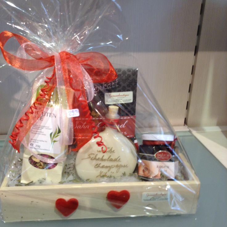 Muttertagsgeschenksset  Inhalt: Bioblütentee, Sahne Caramel Schokolade, Weißer Schokolade Champagner Likör und Rosengelee
