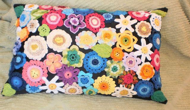 Almofada de crochê com flores super coloridas