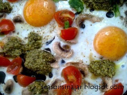 Seasons in a jar: Αυγά με ντοματίνια, πέστο και μανιτάρια