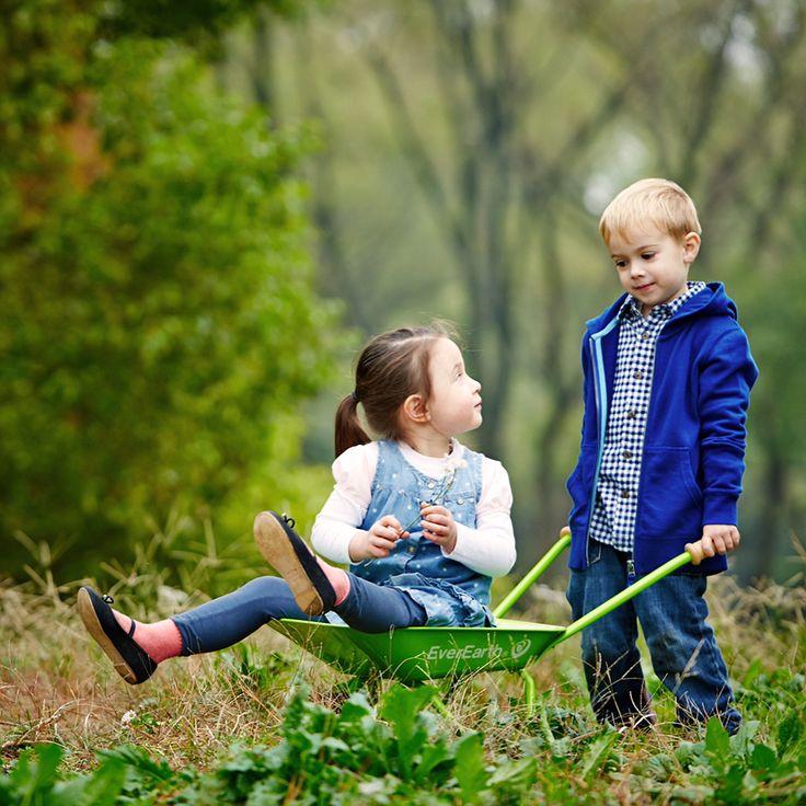 Hallo ihr Lieben! Bis zu unserem nächsten Produktlaunch möchten wir euch gerne unser bestehendes Sortiment etwas näher bringen. Das ein oder andere Mal wird es auch eine Verlosung geben 😊. Für heute geben wir euch einen kurzen Überblick über unser Gartensortiment. Ob Rechen, Spaten, Schubkarre oder Gartentrolley, bei uns findet ihr für jede Gartenarbeit die richtigen Produkte, die euren kleinen ermöglichen, euch tatkräftig zu unterstützen. #everearth #lebenmitkind #draußenistesamschönsten…