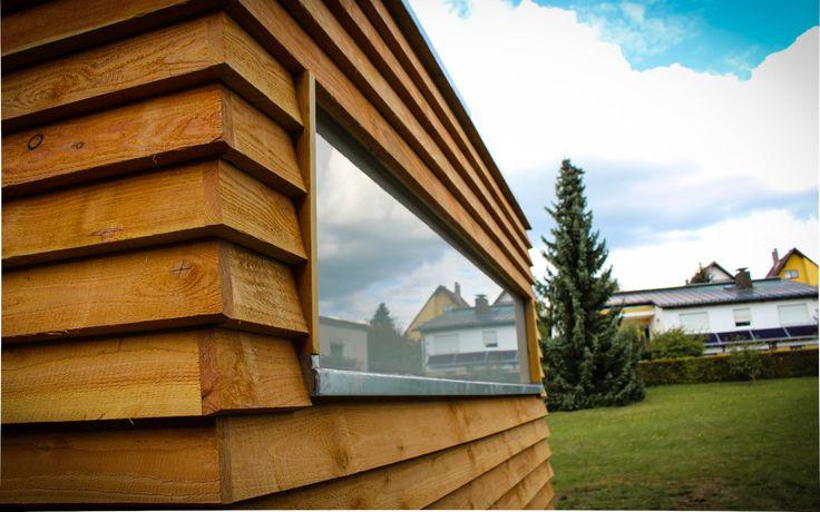 www.neuberga.com #Gartenhaus #Geräteschuppen #Fahrradschuppen #Unterstand #Flachdach #Lärchenholz #modern #zeitlos #schlicht #geradlinig #langlebig #Gartenraum #detailverliebt #erstklassig #craftsmanship #thenextbigthing >>>>>> Detailansicht Fensterfries mit VSG, matt des Fahrrad- und Geräteschuppens von NEUBERGA !