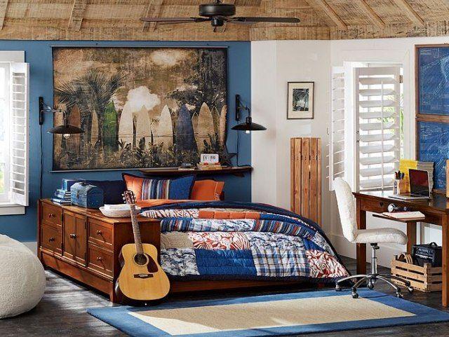 chambre ado garçon avec peinture murale en bleu et blanc, tableau planches de surf, meubles en bois et couette patchwork