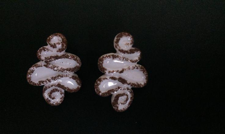"""Porcelánové+náušnice+""""Tiramisu""""+Bílé+porcelánové+náušnice+s+výjimečným+kakaovým+dekorem.+Odlitím+porcelánu+do+formy+vzniká+základní+tvar,+kterýje+detailně+ručně+upravován,+dekor+je+částečně+dílem+náhody,+každý+kus+je+proto+originál+a+může+se+mírně+lišit+od+šperku+na+fotografii.++Délkacca+3+cm,+nejširšíčást2cm.Váha+jedné+náušnice+cca+3..."""