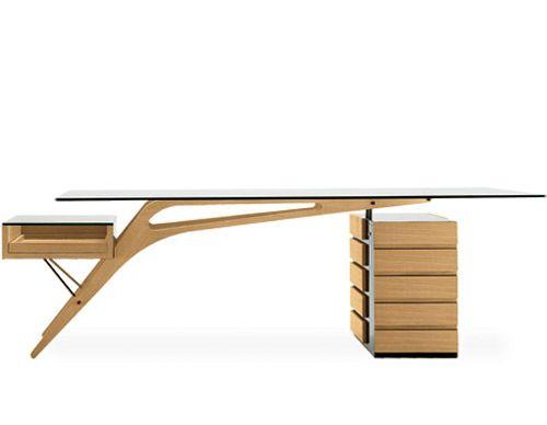 Progettata dall'architetto e designer Carlo Mollino nel 1949 la scrivania Cavour oggi è riproposta da Zanotta.