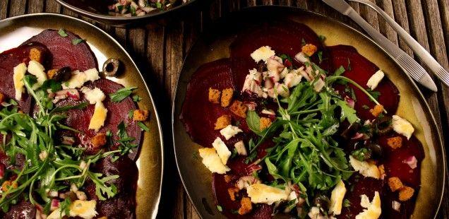 Salade van rode biet, salsa met sinaas, rode ui en olijf, peperkoekkrokantjes en haloumi