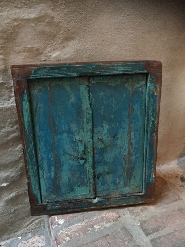 Oud houten kozijn Turkoise met luiken en spiegel landelijk venster landelijke stijl brocant vintage oud hout