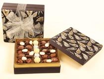 Doğum Günü Çikolatası   Özel kumaşdan üretilmiş hediyelik çikolata kutusu...  İçerisinde spesyal çikolatalar ve çikolatalı badem şekerleri bulunmaktadır. Hediyelik kutu özenle hazırlanmış organze kurdeleler ile süslenmiştir...