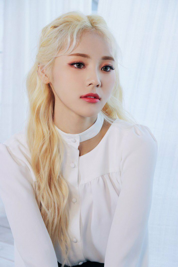 Loona Jinsoul X X Jacket Behind Blonde Asian Blonde Curly Hair Styles