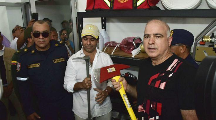 La Fundacion Tecnoglass ESWindows y A. Construir S.A. donaron una estación de bomberos a la ciudad de Barranquilla que fue inaugurada este miércoles y puesta en servicio.    El acto contó con la bendición de monseñor Víctor Tamayo y la presencia del presidente de la empresa Tecnoglass, Christian Daes, y el alcalde de Barranquilla, Alejandro Char.