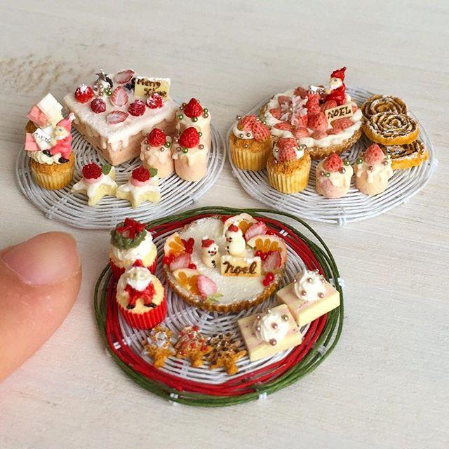 クリスマスのセットが3種完成しました(^ω^)雪だるまの親子がのったタルトや、白いちごのタルト、いちごとホワイトチョコのショートケーキなど。ヤフオク出品予定です! #ミニチュアフード#ミニチュア#ハンドメイド#ドールハウス#食品サンプル#クリスマスケーキ#miniature #handmade #dollhouse #miniaturefood