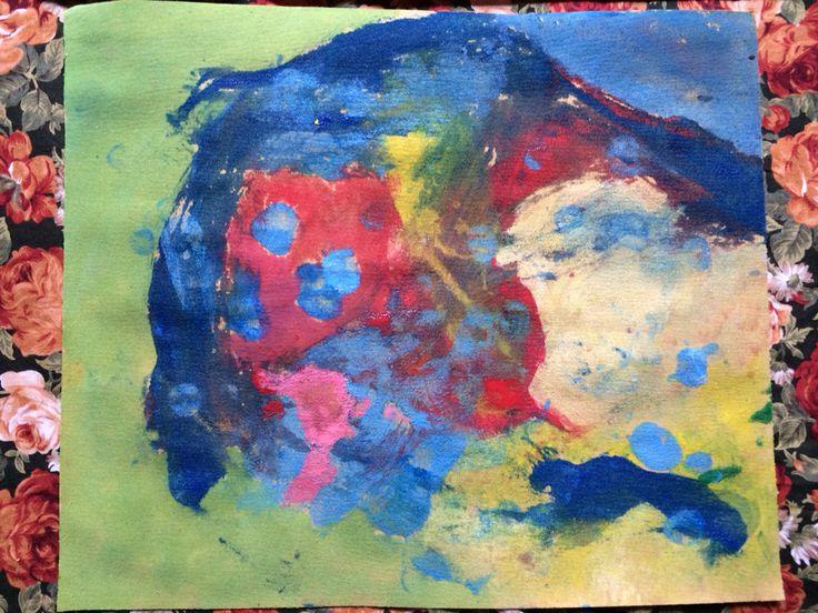 Pintamos encima de papel de lija (sandpaper) con pintura de dedos. Os vais a sorprender del cromatismo de colores es mucho más vivo que sobre papel normal. Podéis usar también pintura óleo, acuarelas, crayones o tizas. En este mismo board iré mostrando ejemplos de todos ellos. Precioso, a pintar familia!