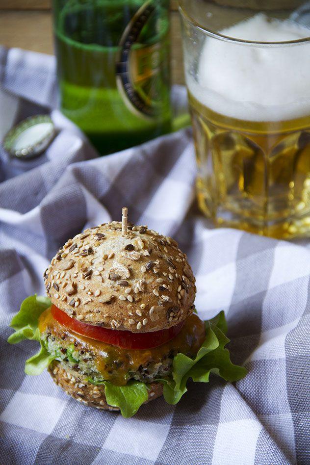 Il burger vegetariano preparato con quinoa e piselli è una valida alternativa al classico hamburger di carne, ma è molto più leggero e adatto a tutti!