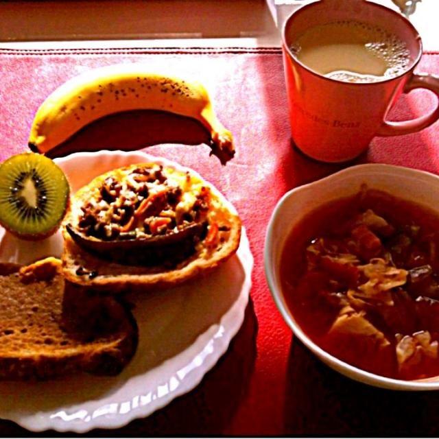 *HBで作ったパンで、 きな粉と蜂蜜のトースト&麻婆野菜のトースト  *燃焼系スープ(にんじん、ピーマン、新玉ねぎ、キャベツ、もやし、舞茸、生姜、トマト缶)  *バナナ  *キウイ - 5件のもぐもぐ - 授乳中の朝ごはん by sub