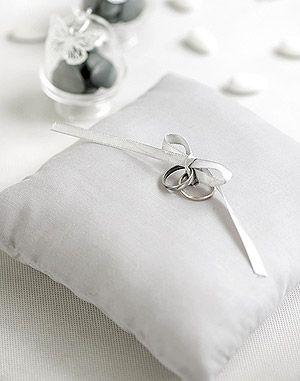 Coussin noeud pour alliance à customiser. Voici un très joli coussin qui sera parfait pour transporter les alliances de votre grand jour : http://www.mariage.fr/coussin-alliances-noeud-simple-pas-cher.html