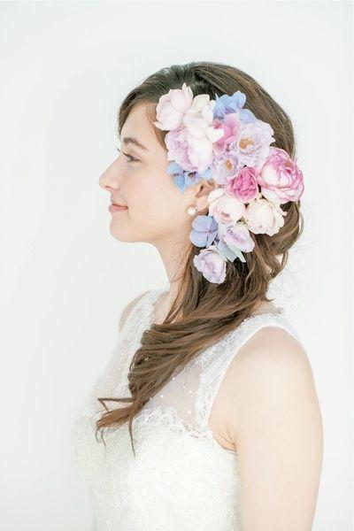 松本ヘアの真骨頂!生花をたっぷり飾ったサイドダウンスタイル/Side|ヘアメイクカタログ|ザ・ウエディング