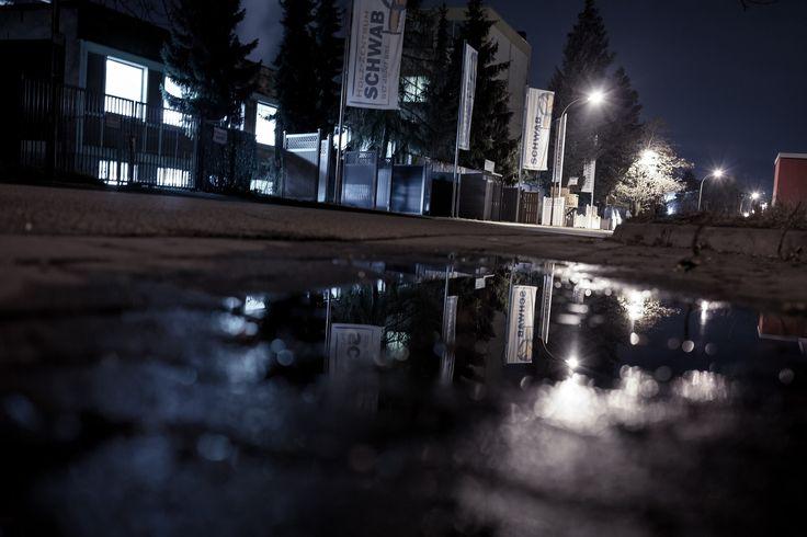 Reflektion in einer Pfütze. Kreative Nachtaufnahme