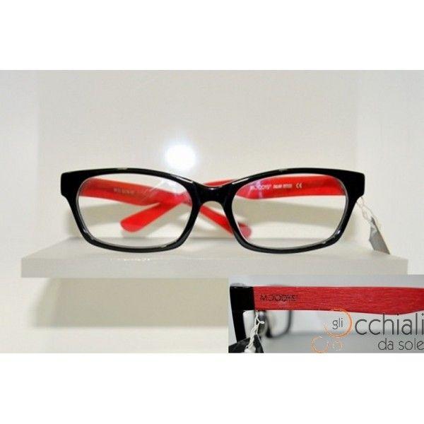 Occhiali da vista 660135/V NERO ROSSO Il modello Moodys 660135/V è un occhiale da vista dalla forma rettangolare che permette a chi lo indossa di esprimere la propria personalità. E' caratterizzato da una montatura in celluloide Nera, con aste Rosse Effetto Legno, che rendono l'occhiale Particolare e Giovanile! Adatto a qualsiasi tipo di viso. Modello Unisex