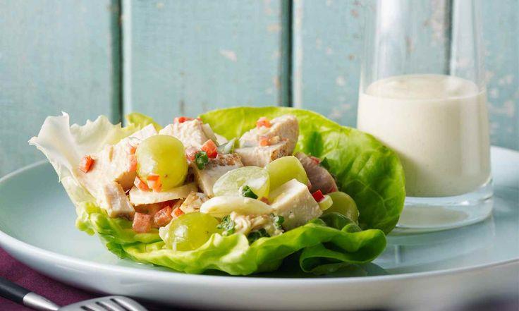Les raisins, les châtaignes d'eau, et le poivron rouge ajoutent à la fois couleur et texture à cette succulente salade. C'est un dîner riches en protéines à servir en tout. | Le Poulet du Québec