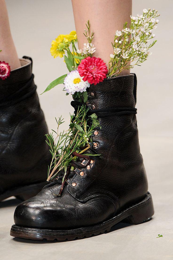можно цветок в ботинке фото фото ниже можете