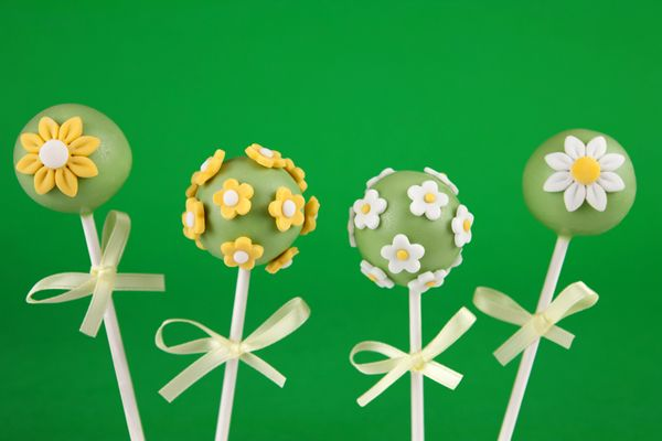St. Patrick's Day Cake Pops -they include Chocolate Matcha Marble Cake! via @MyFudo  Sarah im adding this to our to bake list!!