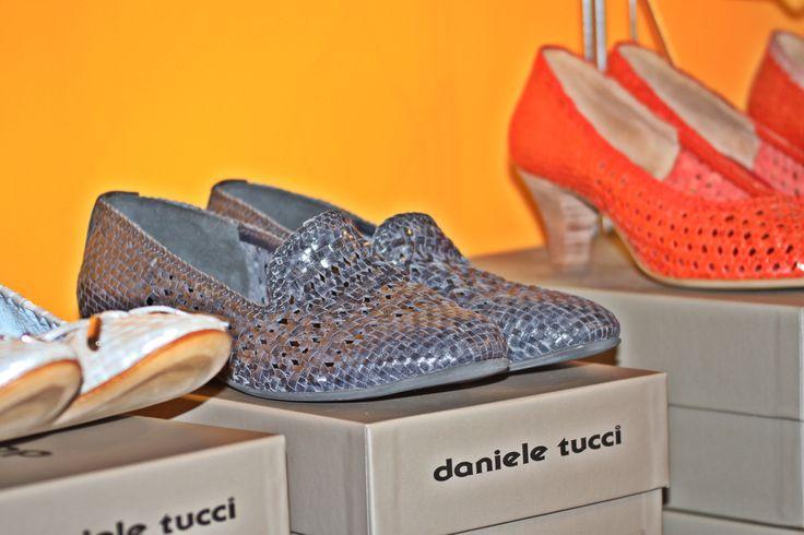 Scarpa Slippers daniele tucci in pelle intrecciata blu. Disponibili al factory store di Fermo o sullo store on-line