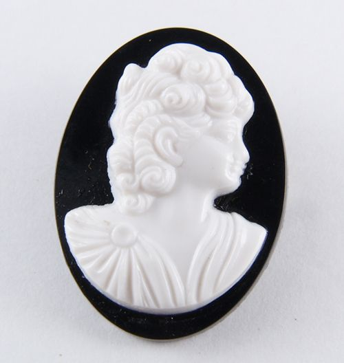 Vintage カメオブローチ!  小さなカメオブローチです。 とっても繊細な彫りで美しい顔です。