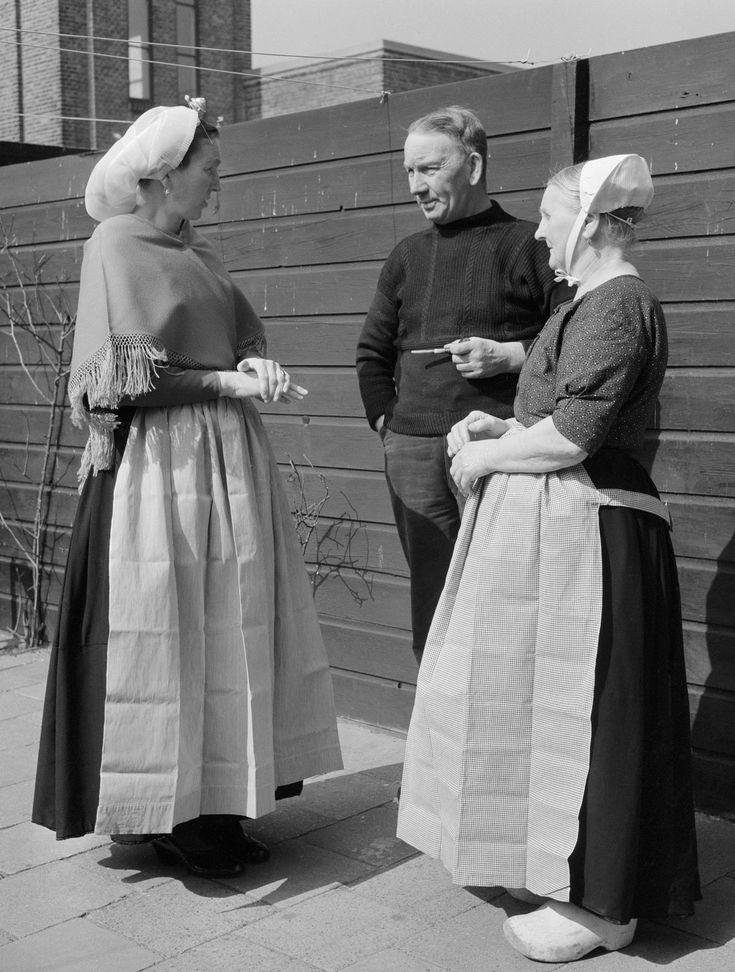 Bewoners van Scheveningen in oorijzerdracht en dagelijkse dracht (1950-1960)