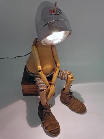 Un original maniquí de madera pensativo.