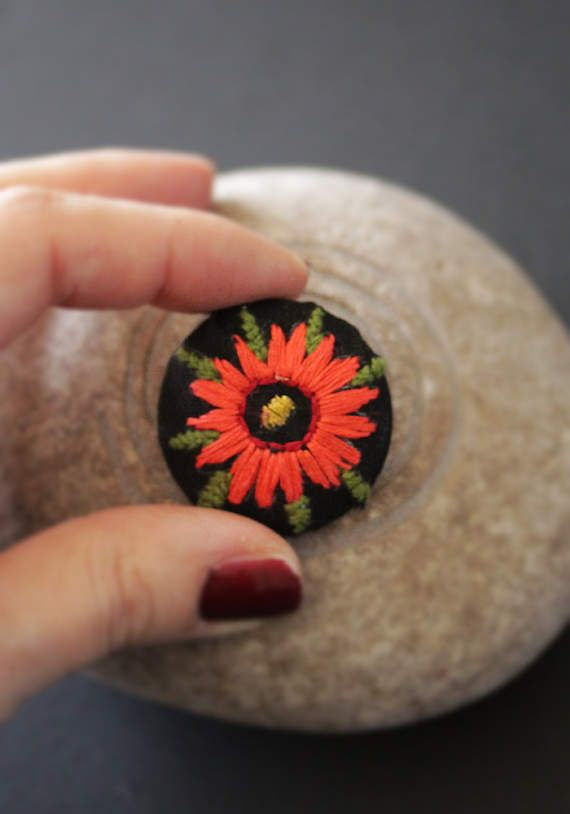 Embroidered brooch by MinaSmoke  #embroidered #broderie