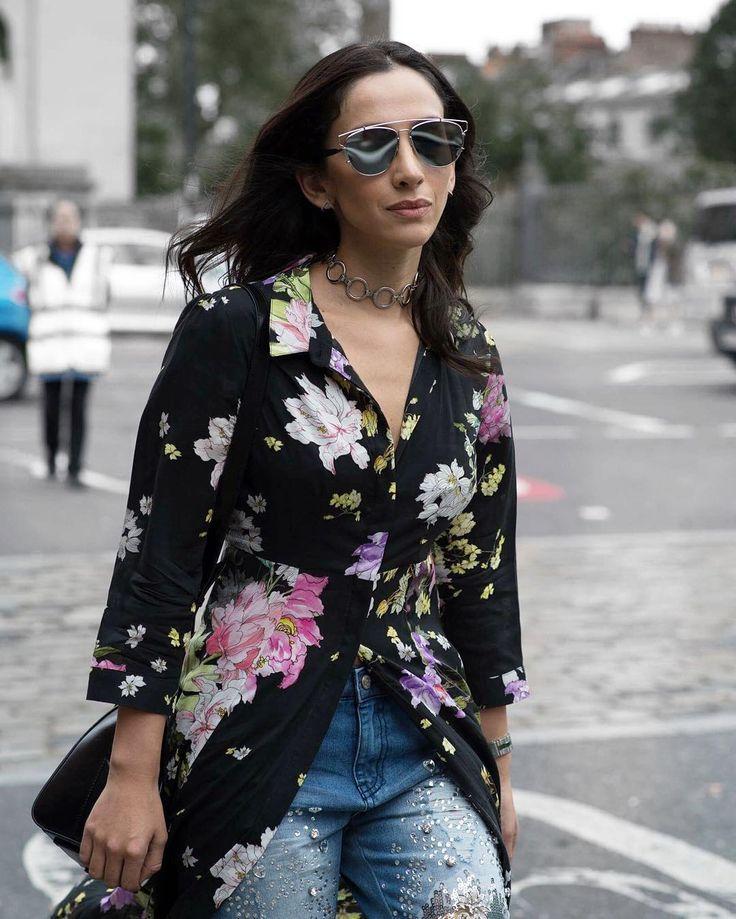 En un look casual y elegante: Maria Ignacia Carrasco, fusiona coloridas flores con accesorios metálicos 🔗 #modachile #fashionblog #difundimosmoda