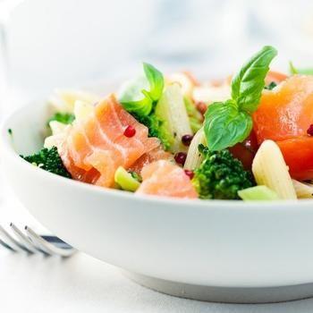Итальянский салат из пасты и семги