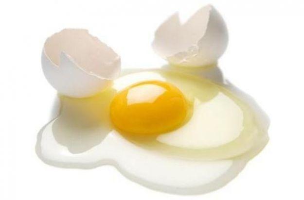 E' possibile sostituire le uova in un'alimentazione vegana. Possiamo ricorrere al tofu frullato, allo yogurt di soia, al lievito in polvere o alla mela grattugiata e al purè di prugne.