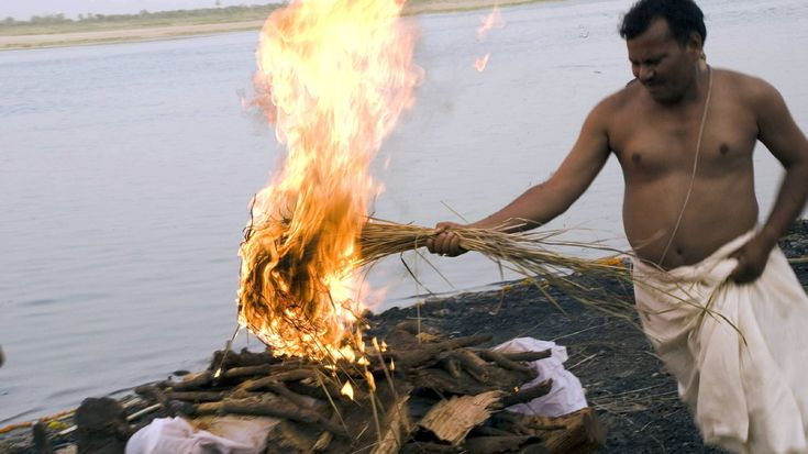 Ewiges Feuer Drei Viertel der Einwohner der heiligen Stadt Varanasi leben vom Geschäft mit den Pilgern, den Leichen und dem Tod. Überall am kilometerlangen, mit Treppen gesäumten Ufer lodern Feuer: Tag und Nacht verbrennen Freiluft-Krematorien die Leichname. Umgerechnet rund 16 Euro kostet das All-Inclusive-Paket, drei Stunden Verbrennen mit Duftstoffen