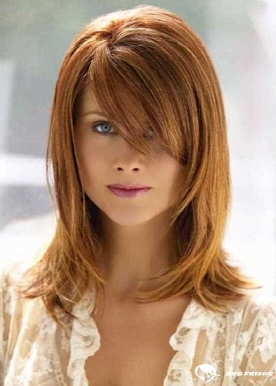 110 Erdbeerblondes Haar, das einen fesselnden Blick wirft