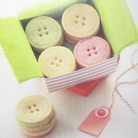 Button sugar cookies {recipe and how-to}. Makes such a cute little gift for Mother's Day!