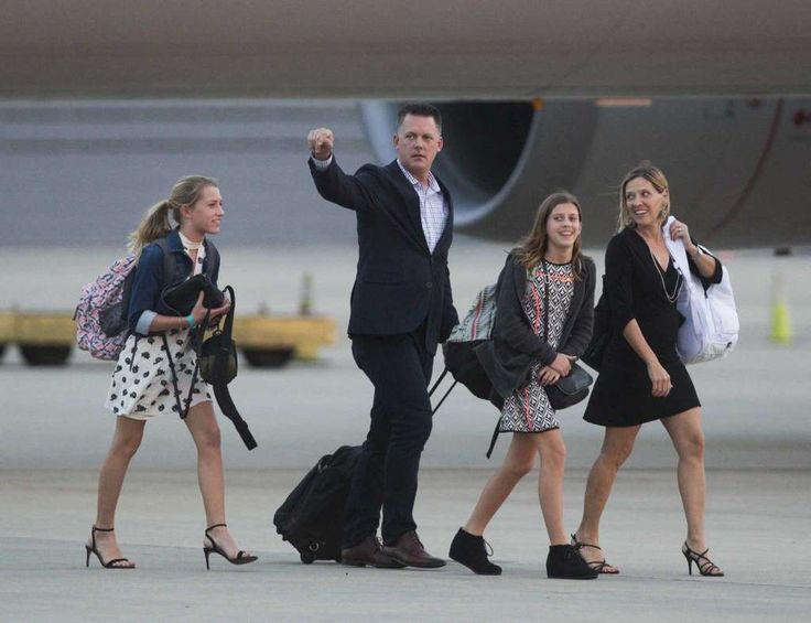 Houston Astros' manager A. J. Hinch arrives to the George Bush Intercontinental Airport, Thursday, Nov. 2, 2017, in Houston with his family a day after winning the World Series. Photo: Marie D. De Jesus, Houston Chronicle / © 2017 Houston Chronicle