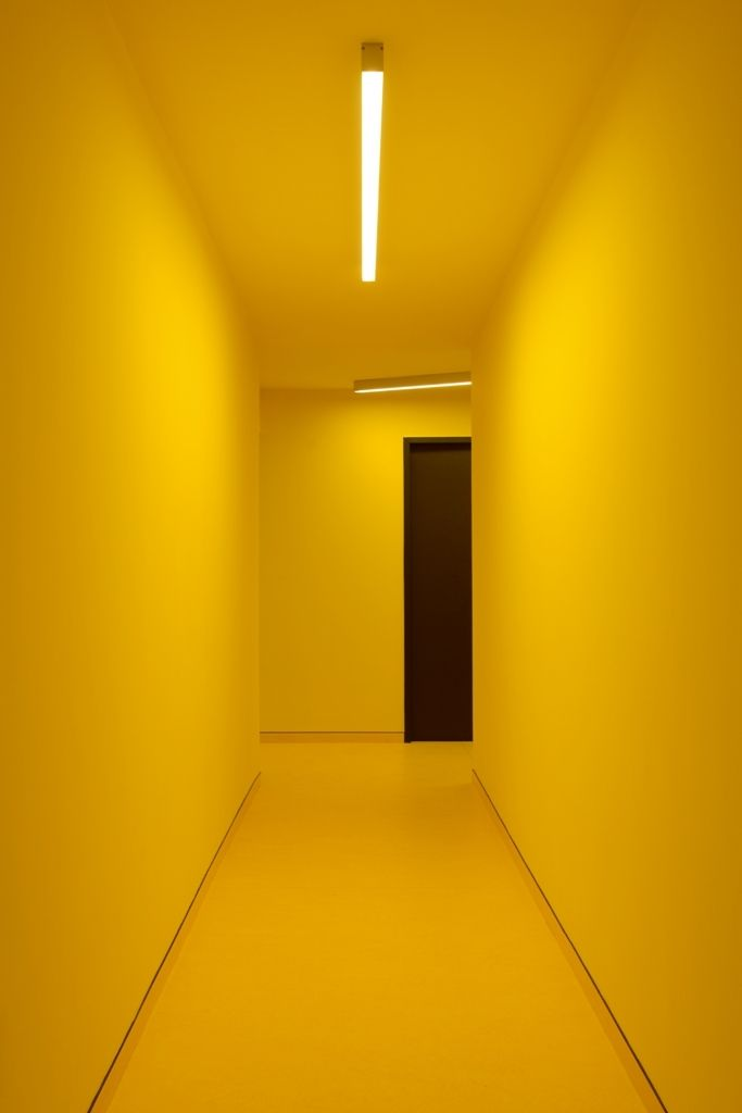 Interiors whit a hole lot of Yellow: This hallway in an apartment building in Prague by Schindler Seko