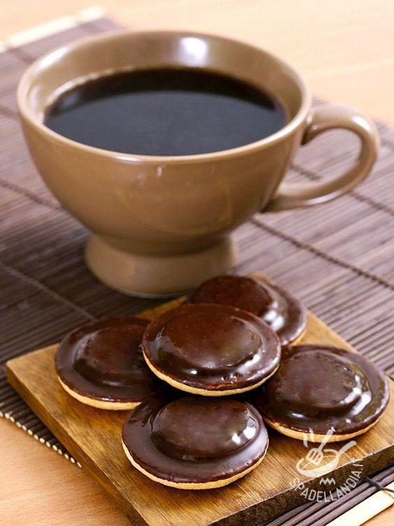 Whites and blacks biscuits - I Biscotti bianchi e neri sono dei deliziosi dischetti di pasta frolla ripieni di morbida crema alla nocciola e arricchiti da cioccolato fondente. #biscottibianchieneri