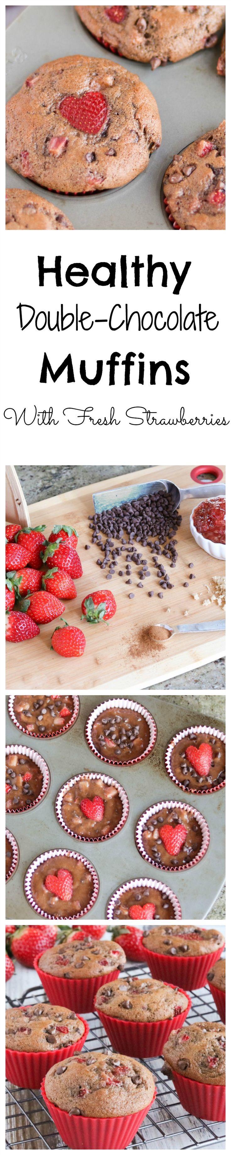 Estos muffins de chocolate dobles saludables con fresas frescas se cargan con sabor a chocolate rico y bayas jugosas!  Por lo tanto decadente, pero llena de granos enteros y mucho más baja en grasa!  Perfecto para aperitivos y sobre la marcha de los desayunos!  |  www.TwoHealthyKitchens.com