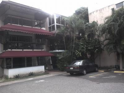 APARTAMENTO EN ALQUILER EN SANTO DOMINGO EN LOS CACICAZGOS - REP. DOM.  Cerca del parque Mirador Sur! Cómodo apartamento con amplios espacios, recién remodelado. Balcón integrado, cocina modular italiana nueva, A/C, baños con revestimiento en mármol, cabina e instalaciones nuevas, organizadores en los closet. El residencial tiene un área verde. KATHERINE ZAITER: 809-881-9279