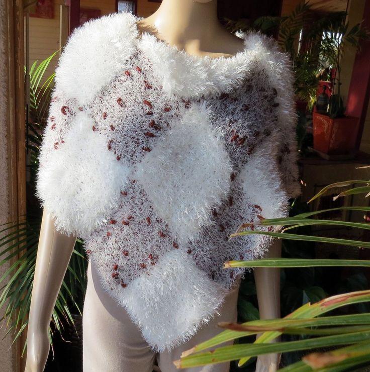 Poncho Orkide aux losanges blancs tricoté mains