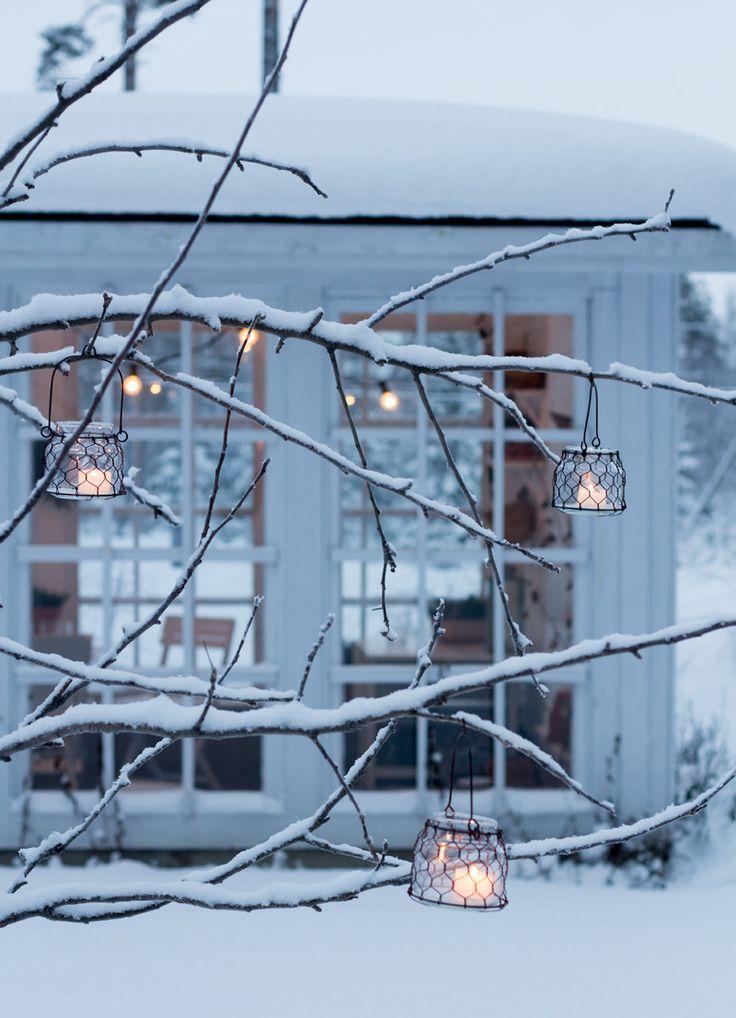 Lähdin neljän maissa postilaatikolle ja minun oli ihan pakko hakea kamera sisältä sillä ulkona on juuri nyt niin talvisen kaunista. Sytytin myös muutamat kynttilät omenapuun oksilla roikkuviin lyhtyihin. Unohduin jälleen kerran ihan täysin ulos kuvaamaan niin että sain jopa tallennettua muutaman kuvan sinisestä hetkestä.