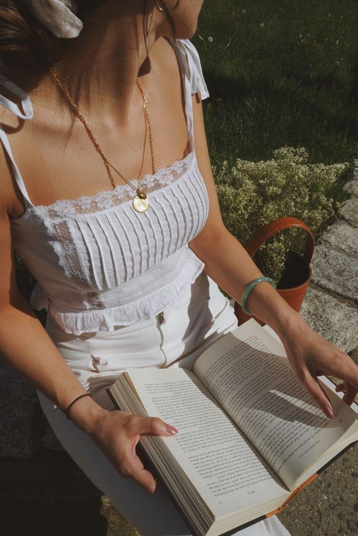 Sommer-Outfit, Weißes Outfit von Kopf bis Fuß, Streetstyle, Marais-Eimer-Tasch…