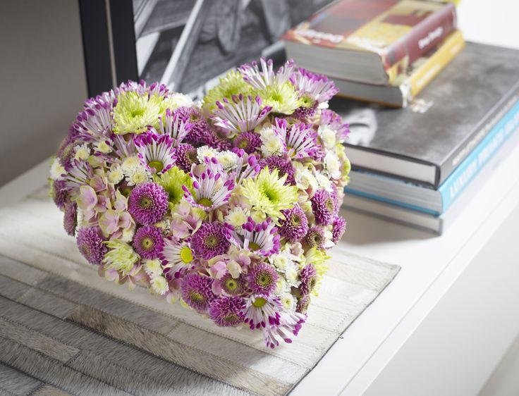 """Emotionales Geschenk für einen Menschen, dem man sehr verbunden ist.  Florales Herz mit Chrysanthemen.    Die Verwendung dieses Bildes ist für redaktionelle Zwecke honorarfrei. Veröffentlichung bitte unter Quellenangabe: """"Fachverband Deutscher Floristen e.V./ Blumenbüro"""""""