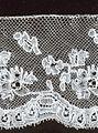 *Kant* is een decoratieve transparante stof of strook, gevlochten van draden (kloskant) of gemaakt met naald en draad (naaldkant).  Handgemaakte kant is altijd kostbaar geweest door de tijdrovende techniek. De oudste kanten zijn van linnen, zijde, zilver- of gouddraad.  hedendaagse kantklossters werken vaak met katoen en ook met allerlei synthetische materialen. Sinds het ontstaan van de kanttechniek zijn kanten onverbrekelijk verbonden met kleding, zowel in de mode als in streekdrachten.
