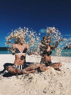 Idee / Inspiration für das Foto eines Kindes: Sand in die Luft werfen. Fotoshoo …   – Summer Photo Ideas – Sommer Fotoideen