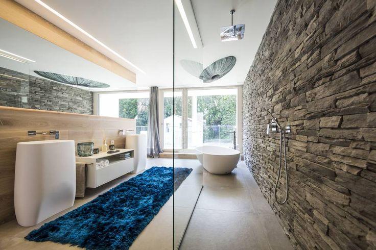 Wellnessoase: Modern Badezimmer von Die HausManufaktur GmbH
