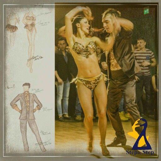 Per le completo due pezzi in lycra leopardata con coda in piume di gallo, per lui pantaloni e giacca in raso elasticizzato marrone e body leopardato, scarpe in bronzo per lei e in camoscio marrone per lui #stepbystep #danceshoes  #scarpedaballo #leopard #marrone #brown #latindress #salsadress #sandali #sandal #salsa #camoscio #suede #abitidaballo #abitodaballo #completoballo #completo